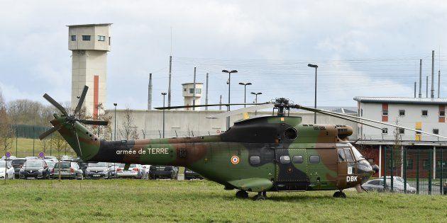 Un hélicoptère militaire devant la prison d'Alençon-Condé-sur-Sarthe, mardi 5