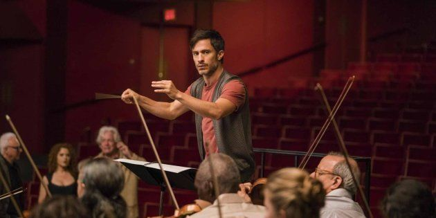 Gael Garcia Bernal incarne Rodrigo De Souza, illustre chef d'orchestre dans Mozart in the