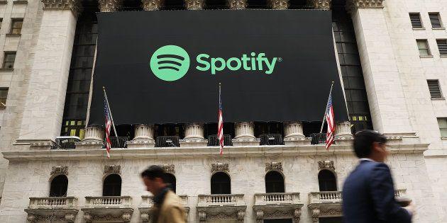 La bannière de Spotify sur la façade du New York Stock Exchange à New York le 3 avril