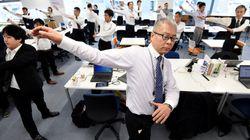 Au Japon, les entreprises encouragent la gym collective au bureau pour leurs