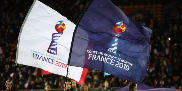 Les drapeaux de la prochaine Coupe du monde Féminine avant le match amical France-Allemagne à Laval le...