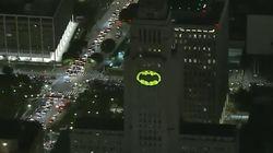 Los Angeles allume un vrai Bat-signal pour dire au revoir à Adam