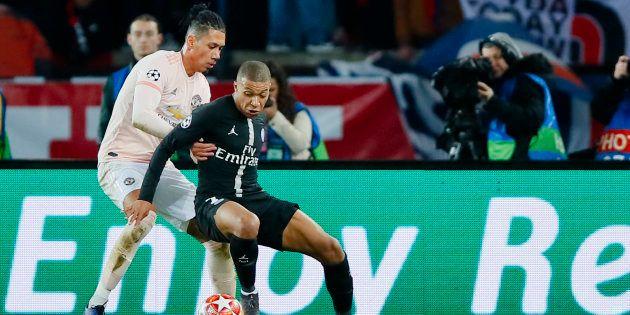 Kylian Mbappé au duel avec Frederico Fred au Parc des Princes pour les 8e de finale de Ligue des Champions...