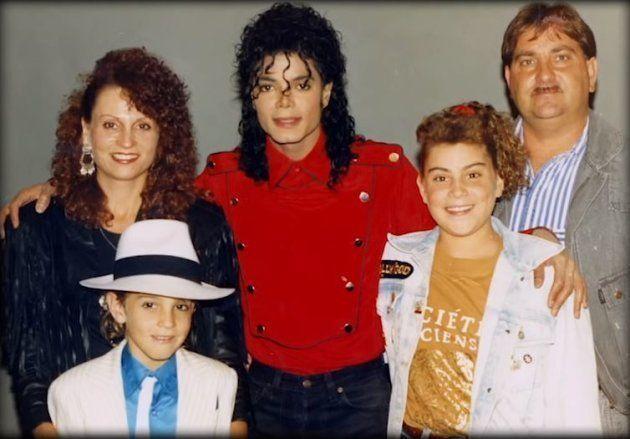 Wade Robson et Michael Jackson, entourés des parents et de la soeur du petit garçon à la fin des années