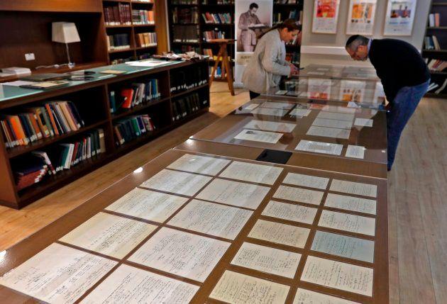 Les 110 pages manuscrites, dont la fameuse page manquante, d'Albert Einstein sont exposées à l'Université...