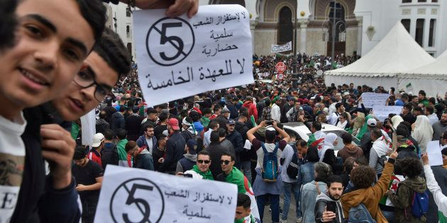 Les Algériens manifestent devant la Grande Poste au coeur d'Alger, brandissant le