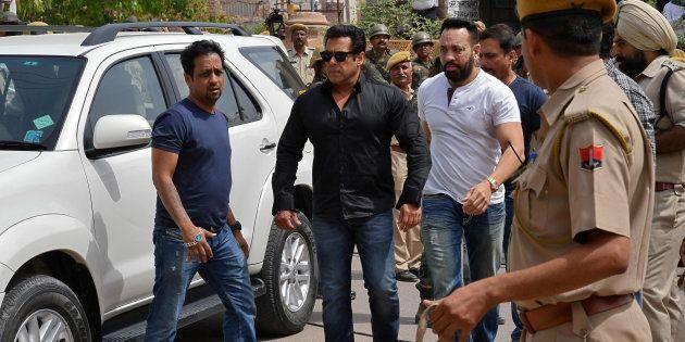 Salman Khan (en chemise noire) arrive à Jodhpur, dans l'Etat indien du Rajasthan, pour assister à son...