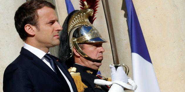 Le Président Emmanuel Macron devant le Palais de l'Elysée à Paris, le 12 juin