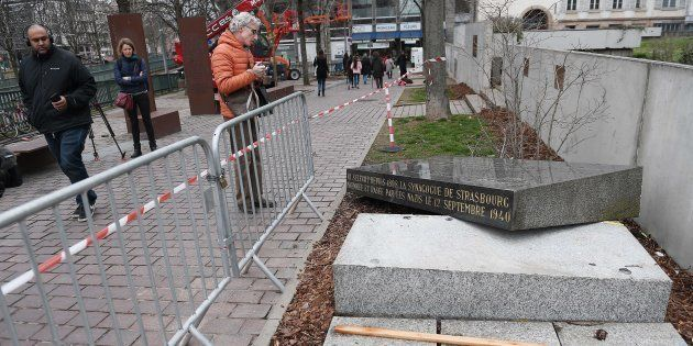 La stèle de l'ancienne synagogue de Strasbourg (ici le 2 mars), détruite par les nazis, a été heurtée...