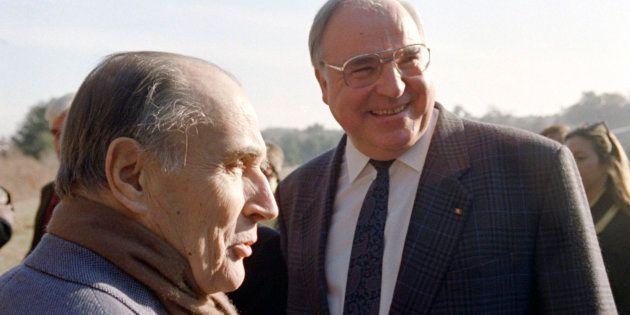 Le Président François Mitterrand accueille le chancelier allemand Helmut Kohl dans sa maison de Latche,...