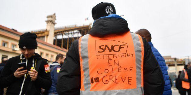 La réforme de la SNCF par Macron, c'est le service public français dynamité par