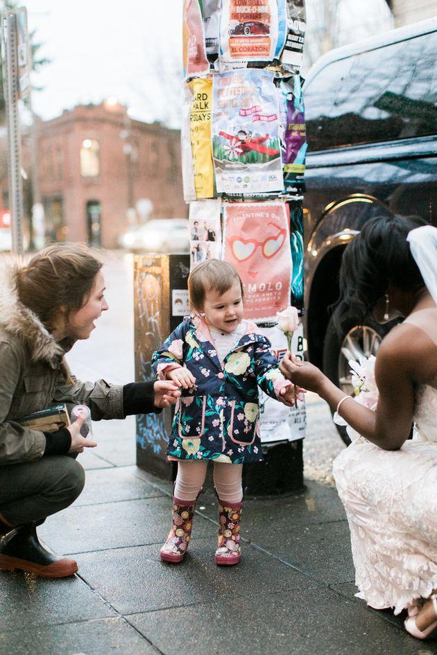 Les mariées sont des princesses et cette petite fille va vous en