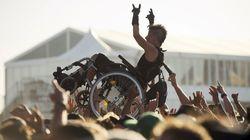 Cette photo d'une personne en fauteuil portée par le public résume l'esprit du