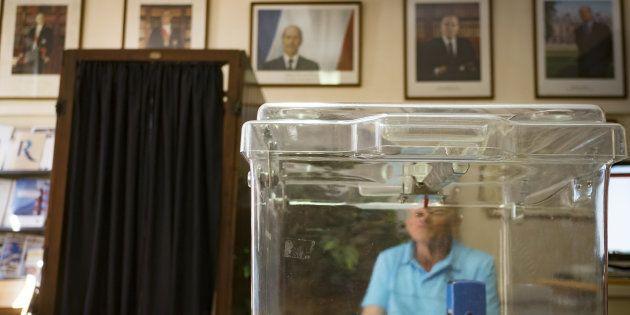 Un bureau de vote à Saint-Rome près de Toulouse, le 18 juin