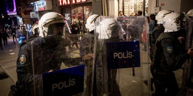 Dans la principale rue commerçante d'Istanbul, la police a gazé et repoussé les manifestantes venues...