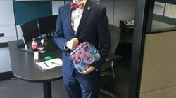 Cet employé a une excellente raison d'apporter une boîte repas rose bonbon au