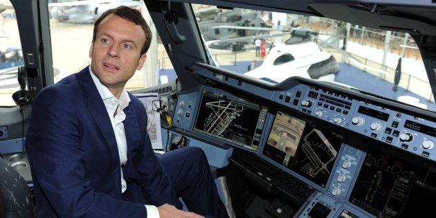 Emmanuel Macron, alors ministre de l'Économie, dans le cockpit d'un Airbus A350 XWB au Salon du Bourget...