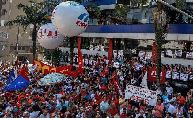 Brésil: Lula, condamné à la prison, refuse de se rendre aux