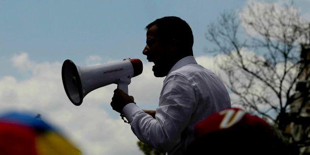 Le président autoproclamé Juan Guaido s'adressant à la foule samedi 9
