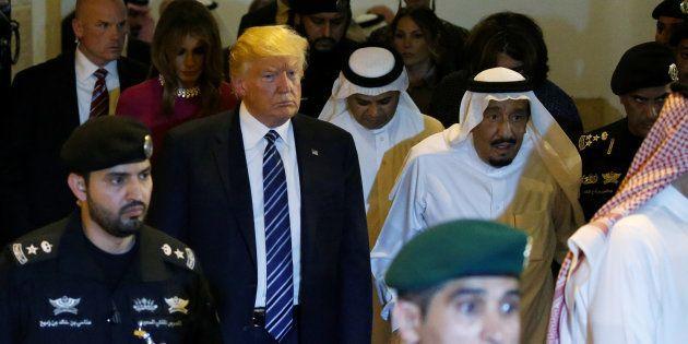 Le roi de l'Arabie Saoudite, Salman bin Abdulaziz Al Saud (centre droit, avec la tête blanche), donne...