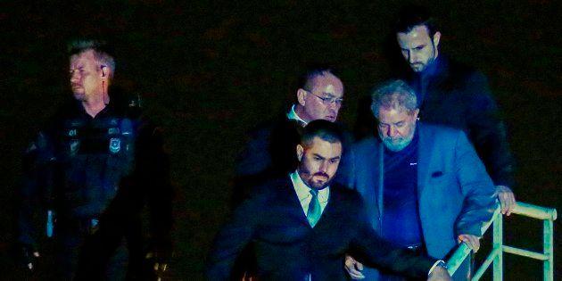 Brésil: L'ex-président Lula s'est finalement rendu à la police et passe sa première nuit en