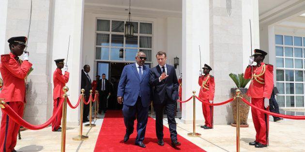 Emmanuel Macron à Djibouti avec le président Ismail Omar Guelleh devant le palace présidentiel, mardi...