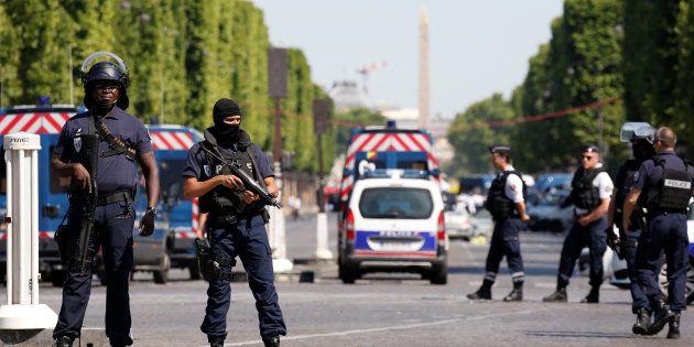 Forces de l'ordre sur les Champs-Elysées après la tentative d'attentat du 19 juin 2017. REUTERS/Gonzalo