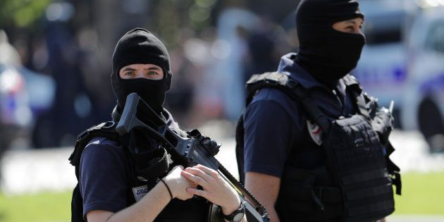 Des policiers sur les Champs-Élysées le 19 juin, après l'attentat raté contre un fourgon de