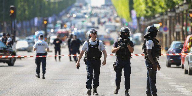 Des policiers sur les Champs-Elysées après la tentative d'attentat le 19 juin