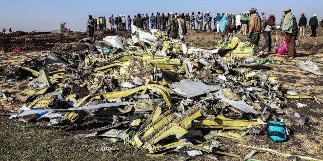 Des débris rassemblés sur le lieu du crash du Boeing 737 d'Ethiopian Airlines près de Bishoftu en Éthiopie,...