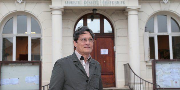 Le maire Richard Trinquier devant sa mairie de Wissous en