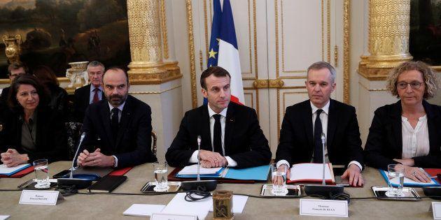 Le président de la République Emmanuel Macron et son ministre de la Transition écologique François de...
