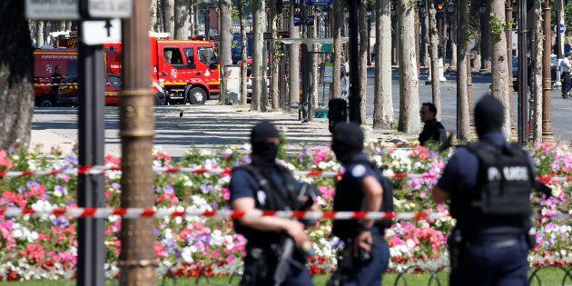 Des policiers sécurisant la zone de l'attentat raté sur les Champs-Elysées à Paris le 19 juin
