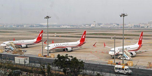 Trois Boeing 737 MAX 8 de Shanghai Airlines garés à l'aéroport international de Shanghai le 11 mars