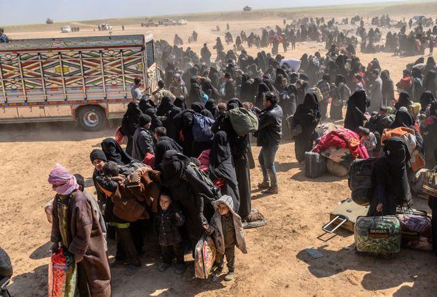 Des femmes et des enfants évacués de Baghouz, dernière enclave contrôlée...