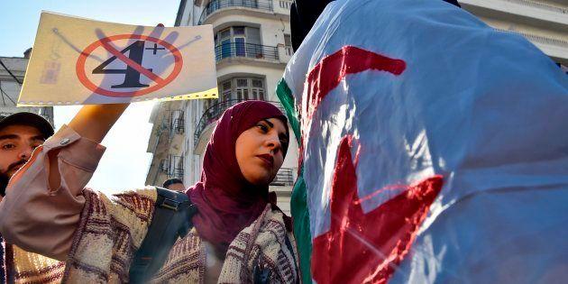 Des étudiants manifestant à Alger mardi 12 mars après l'annonce du retrait d'Abdelaziz Bouteflika, dénoncé