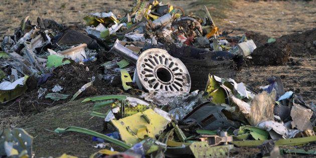 Des débris de l'avion d'Ethiopian Airlines qui s'est écrasé en Éthiopie à une soixantaine de kilomètres...