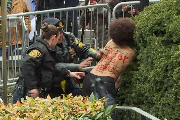 Une Femen interpellée devant Bill
