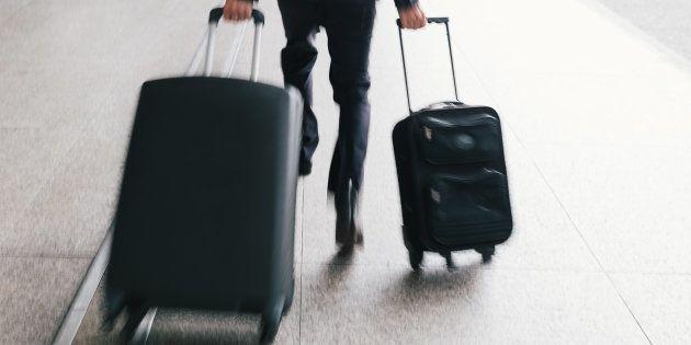 Pourquoi les valises à roulettes bringuebalent, selon la science (et que faire pour rectifier le