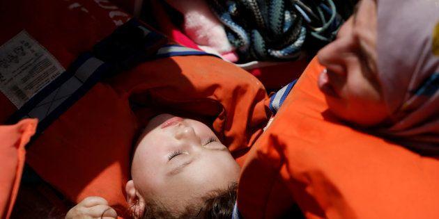 Un enfant et sa mère secourus en Méditerranée par une ONG dans les eaux internationales, au large de...