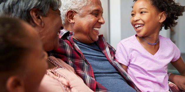 Le statut de grands-parents vous permet d'occuper une place essentielle auprès de vos petits-enfants en les aidant à s'adapter à la vie après le divorce de leurs parents. Vous êtes souvent leur refuge affectif, notamment lorsque les parents sont aux prises avec des procédures de divorce litigieuses et n'ont pas toujours le temps ni l'énergie émotionnelle d'être présents à 100%. Votre rôle consiste alors à soutenir à la fois les parents et les petits-enfants.