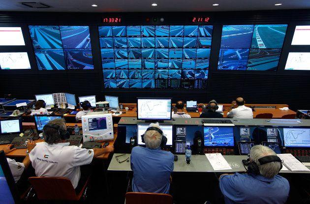 Charlie Whiting (au centre) devant ses écrans de contrôle pendant le Grand Prix d'Abu Dhabi, en