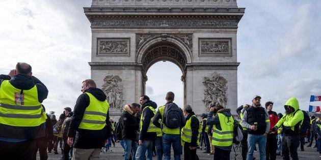 Des gilets jaunes manifestant lors de l'acte XVII à Paris le 9 mars