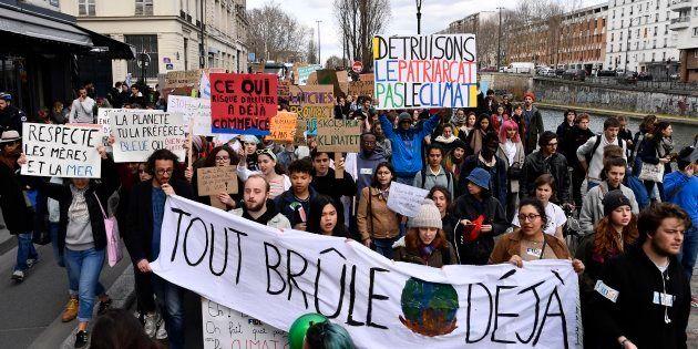 Le 8 mars, les étudiants ont marché pour le climat à Paris, de Stalingrad à République, où ils ont rejoint...