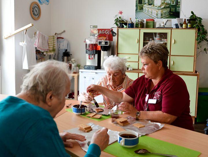 Les résidents préparent un gâteau dans cette pièce au style de l'Allemagne de l'Est des années 60.