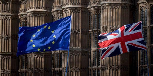 Le drapeau de l'UE et du Royaume-Uni devant l'abbaye de Westminster lors d'une manifestation contre le...