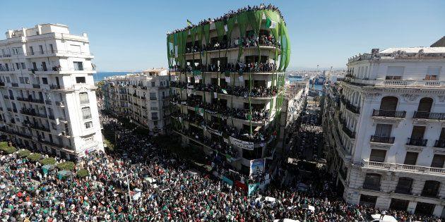 Les Algériens manifestent à la suite de l'annonce par le président Bouteflika du report des élections...