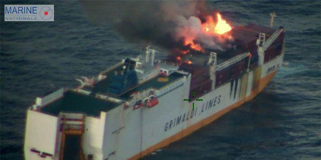 Un incendie s'était déclaré dimanche soir à bord du Grande-America, qui transportait des conteneurs et...
