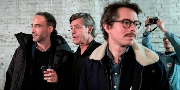 L'économiste Thomas Porcher, ici avec Raphaël Glucksmann (à gauche) le 15 novembre à Montreuil, annonce...