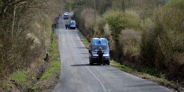 Des camions de police stationnent sur la RD281,